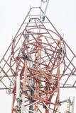 Telekommunikationskontrollturm mit Antennen Stockbild