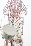 Telekommunikationskontrollturm mit Antennen Stockfotografie