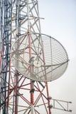 Telekommunikationskontrollturm mit Antennen Stockfoto