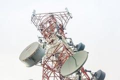 Telekommunikationskontrollturm mit Antennen Stockfotos
