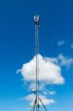 Telekommunikationskontrollturm mit Antennen Stockbilder
