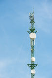 Telekommunikationsmast Fernsehantennen mit blauem Himmel Lizenzfreie Stockfotografie