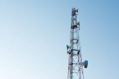 Telekommunikationsmast mit Mikrowellenlink und Fernsehübermittler Stockfotografie