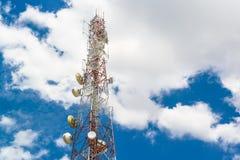 Telekommunikationsmastfernsehantennen auf blauem Himmel und Wolke stockfotografie