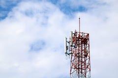 Telekommunikationsnetz mit blauem Himmel Lizenzfreie Stockfotos