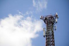 Telekommunikationsnetz mit blauem Himmel und Wolke Lizenzfreie Stockfotografie