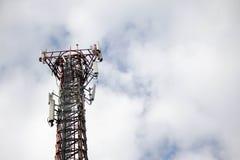 Telekommunikationsnetz mit Himmel und Wolke Stockbilder