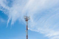 Telekommunikationspfosten mit netter Wolke Stockfotografie