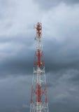 Telekommunikationspolkontrollturm im bewölkten Himmel Stockfotos