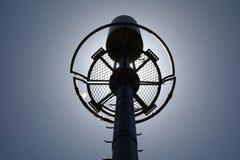 Telekommunikationsturm auf der Hintergrundbeleuchtung stockbild