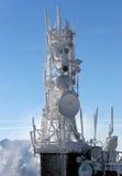 Telekommunikationsturm eingefroren unter blauem Himmel Stockfotografie