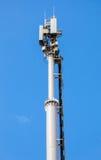 Telekommunikationsturm für Handy mit Antennen Stockfotos