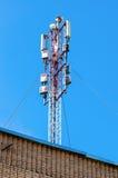 Telekommunikationsturm für Handy mit Antennen Stockbild