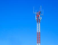 Telekommunikationsturm mit Hintergrund des blauen Himmels Stockfoto