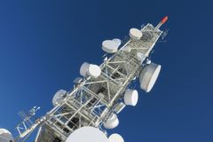 Telekommunikationsturm mit Parabolantennen Lizenzfreies Stockfoto
