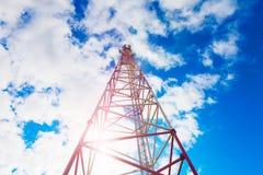 Telekommunikationsturm mit Plattenantennen und Radioantennen und Satellitenschüsseln für Mobilkommunikationen 2G, 3G, 4G Lizenzfreies Stockbild