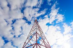 Telekommunikationsturm mit Plattenantennen und Radioantennen und Satellitenschüsseln für Mobilkommunikationen 2G, 3G, 4G Lizenzfreie Stockfotos