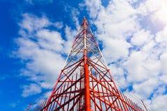Telekommunikationsturm mit Plattenantennen und Radioantennen und Satellitenschüsseln für Mobilkommunikationen 2G, 3G, 4G Stockbilder