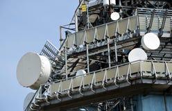 Telekommunikationsturm mit vielen Übermittlern Stockbilder