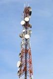 Telekommunikationsturm mit vielen Satelitte Lizenzfreies Stockbild