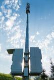 Telekommunikationsturm mit zwei Kästen mit Computerausrüstung Stockbild