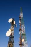 Telekommunikationsturm am Sonnenaufgang und am blauen Himmel Stockfotos