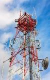 Telekommunikationsturm und bewölkter Hintergrund des Himmels Stockbilder