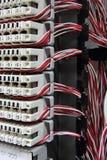 Telekommunikationsutrustning kors i en datorhall av mobiloperatören. Arkivfoto