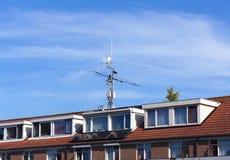 Telekommunikationsutrustning på ett tak arkivfoto