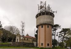 Telekommunikationsystem på ett konkret torn Fotografering för Bildbyråer