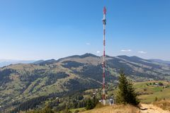 Telekommunikationtorn i bergen Royaltyfri Bild