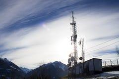 Telekommunikationtorn i en blå himmel och moln Arkivfoton