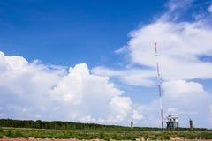 Telekommunikationtorn i landsbygden Arkivbild
