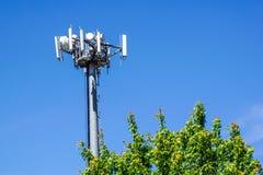 Telekommunikationtorn lokaliseras på molnskogdetaljen och den härliga himmelbakgrunden Royaltyfria Bilder