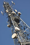 Telekommunikationtorn med antenner Royaltyfri Fotografi