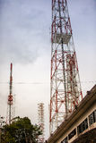 Telekommunikationtorn med antenner Arkivbilder