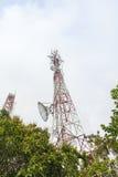 Telekommunikationtorn med antenner Arkivfoto