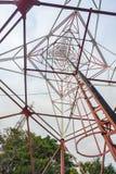 Telekommunikationtorn med antenner Royaltyfria Bilder