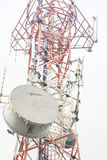 Telekommunikationtorn med antenner Arkivbild