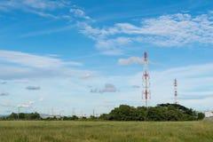 Telekommunikationtorn med bakgrund för blå himmel Fotografering för Bildbyråer