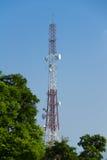Telekommunikationtorn med blå himmel Royaltyfria Foton