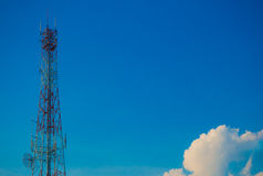 Telekommunikationtorn med blå himmel Royaltyfri Foto