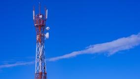 Telekommunikationtorn med blå himmel och molnet i bakgrund Royaltyfria Foton