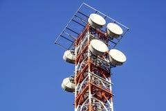 Telekommunikationtorn med den blåa himlen Mobiltelefonsignaltorn, antenner Royaltyfri Fotografi