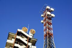 Telekommunikationtorn med den blåa himlen Mobiltelefonsignaltorn, antenner Royaltyfri Bild