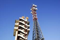 Telekommunikationtorn med den blåa himlen Mobiltelefonsignaltorn, antenner Arkivfoto