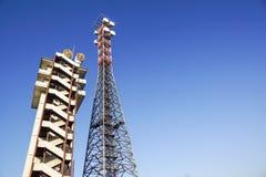 Telekommunikationtorn med den blåa himlen Mobiltelefonsignaltorn, antenner Arkivbilder