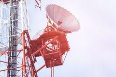 Telekommunikationtorn med klar blå himmel Royaltyfri Fotografi