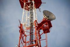 Telekommunikationtorn med klar blå himmel Arkivbilder