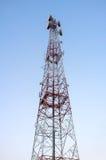 Telekommunikationtorn med klar blå himmel royaltyfria bilder